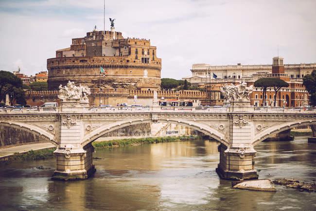 Vue lointaine du pont du Château Saint Angelo — Photo de stock
