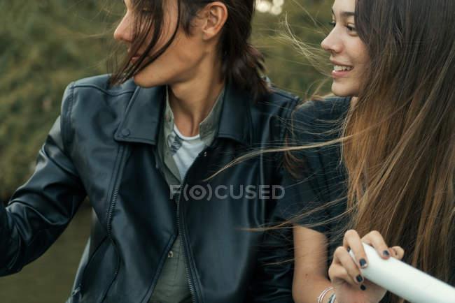 Урожай молодая пара улыбающиеся лица сидя в лодке и глядя — стоковое фото