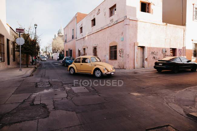 Классический старый желтый автомобиль, верхом на улицах уличная сцена — стоковое фото