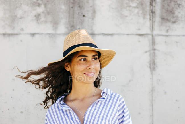 Fille en chapeau regardant de côté — Photo de stock