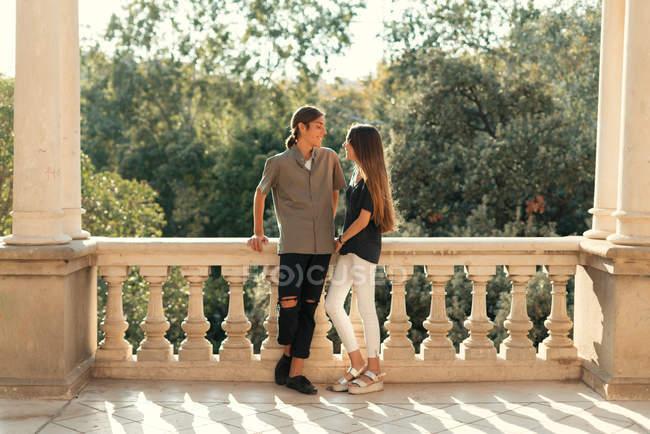 Портрет молодой пары, опирающейся на мраморный парапет и смотрящей на каждую . — стоковое фото
