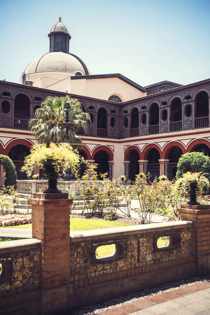 Exterior of yard and fountain of Convent of Santo Domingo in Lima, Peru. — Stock Photo