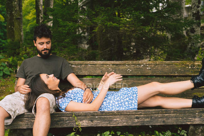 Couple relaxing at bench — Stock Photo