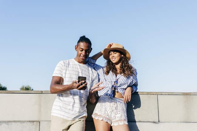 Paar beobachten smartphone — Stockfoto
