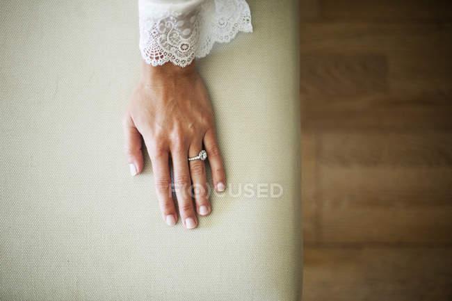 Von oben Aufnahme einer Frau im Peignoir mit Verlobungsring — Stockfoto
