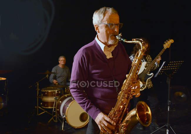Мужчина играет саксофон с глазами закрыт — стоковое фото