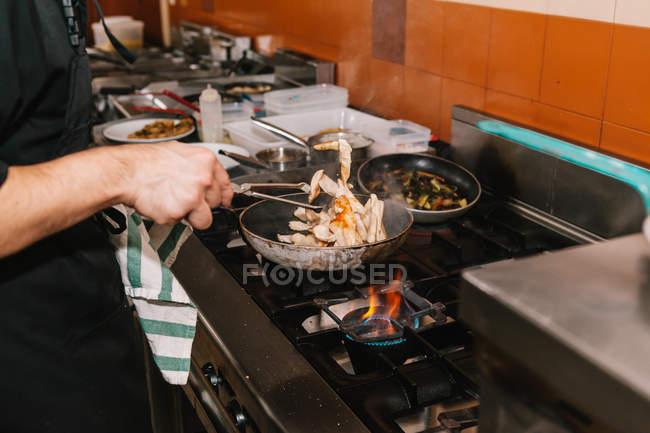 Nahaufnahme Chef Hände Kochen Gericht auf Pan am Restaurantküche — Stockfoto