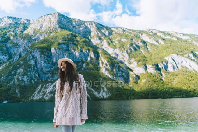 Дівчина в капелюсі постановки на гірські озера — стокове фото
