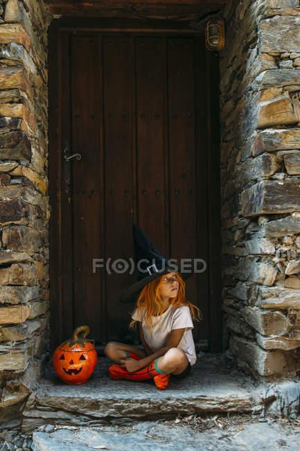 Девушка смотрит через плечо на крыльцо — стоковое фото