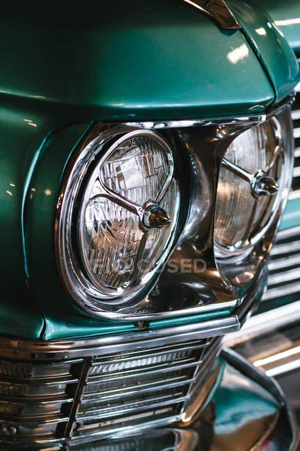 Nahsicht auf die Scheinwerfer des Retro-Autos — Stockfoto