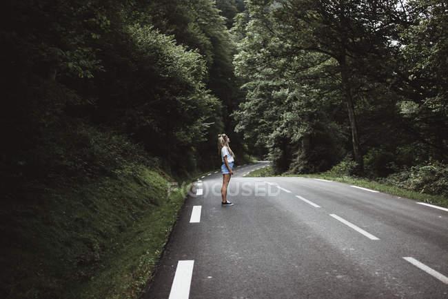 Молодая женщина позирует на удочке в лесу — стоковое фото