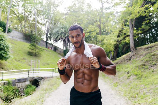Mann hält Hemd auf Schultern und posiert — Stockfoto