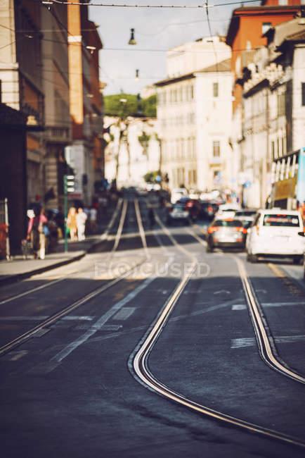 Cena de rua com trilhos e carros — Fotografia de Stock