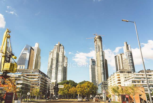 Rascacielos y apartamentos modernos rascacielos con edificios de oficinas contra el cielo - foto de stock