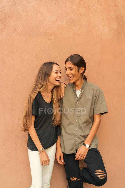 Портрет смеется пара Пизанской коричневые стены. — стоковое фото