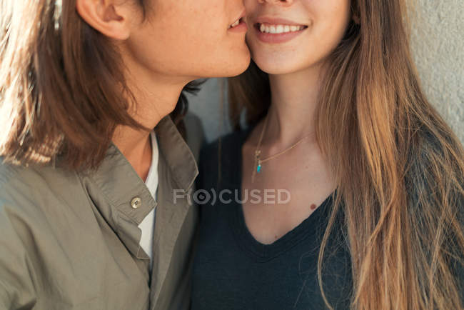 Обтинання посміхаючись, пара торкаючись лицем до лиця. — стокове фото
