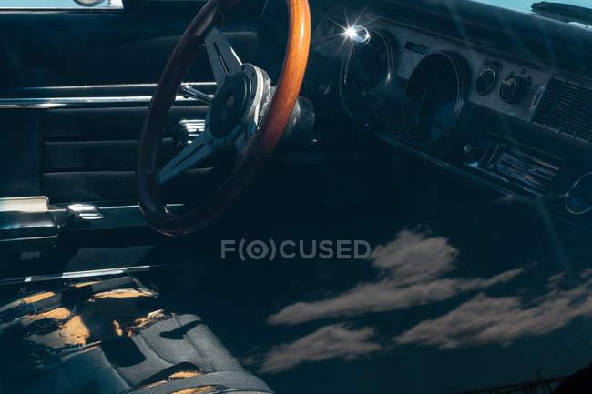 Vista interior dos carros antigos com detalhes de couro — Fotografia de Stock