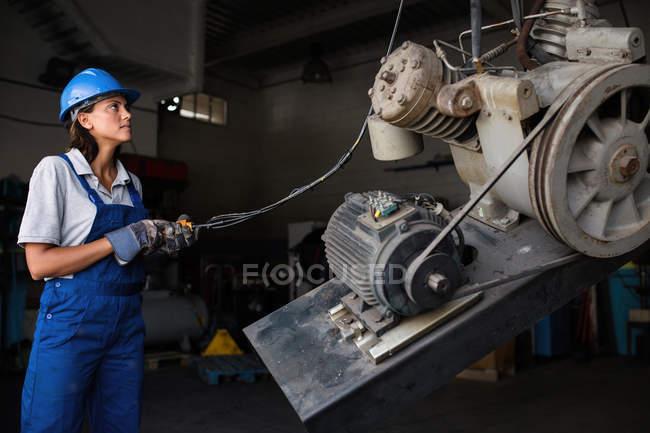 Elevador de funcionamiento mecánico hembra para levantar el motor del compresor - foto de stock