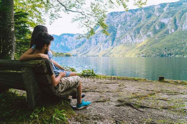 Couple looking at mountain lake — Stock Photo
