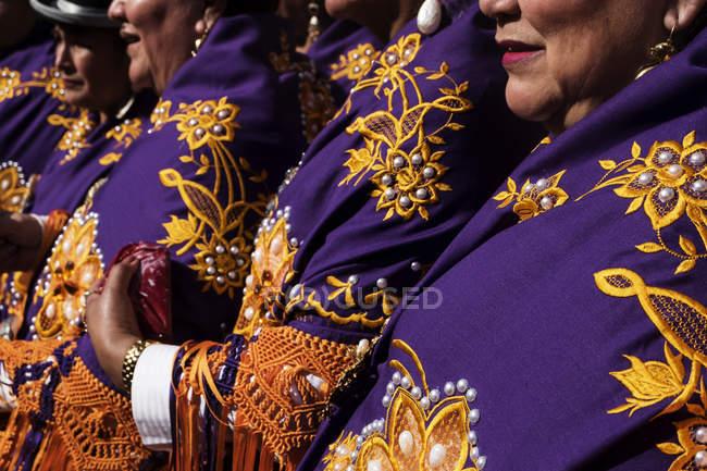 Barcelona, España - 21 de febrero de 2016: mujeres vestidas con ropa tradicional colorido en el festival de los cultivos - foto de stock