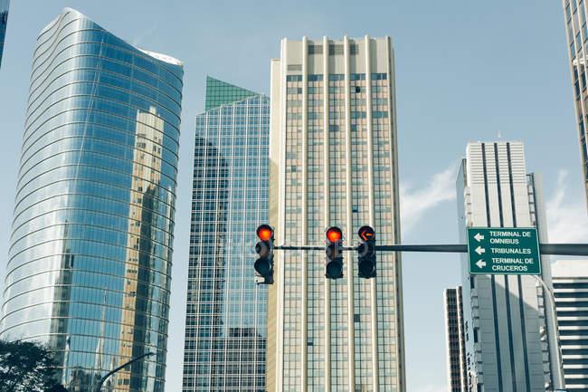 Edificios rascacielos moderno en la Avenida Alem contra el cielo de verano - foto de stock