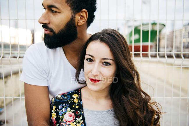 Paar am Zaun umarmt — Stockfoto