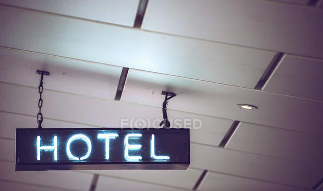 Неоновая голубая вывеска на потолке — стоковое фото