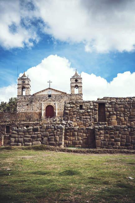 Антикварні церквою розміщення на руїни стародавнього храму над cloudscape — стокове фото