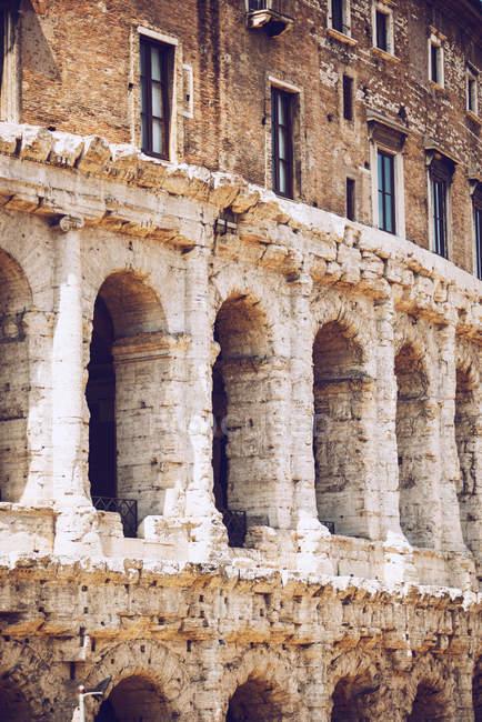 Rangée de trous d'arche sur façade antique frottée — Photo de stock