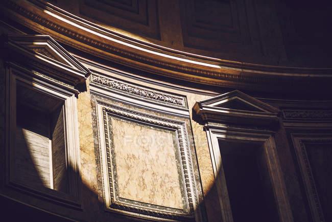Circulo del rayo de sol en las paredes de Roma Agrippa Pantheon - foto de stock