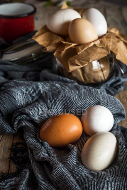 Nature morte rurale des œufs de poulet sur serviette — Photo de stock