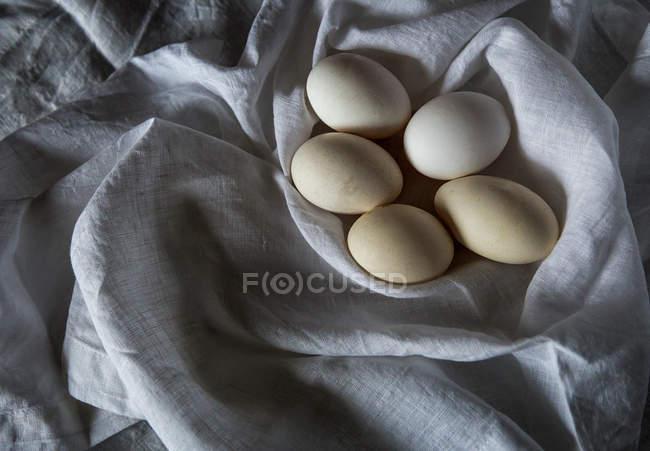 Diretamente acima dos ovos brancos na toalha rural branca — Fotografia de Stock