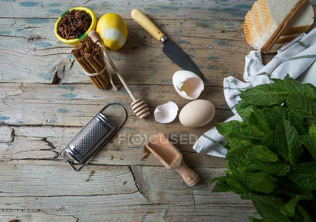 Draufsicht der Bäckerei Zutaten und Geschirr auf Holztisch — Stockfoto
