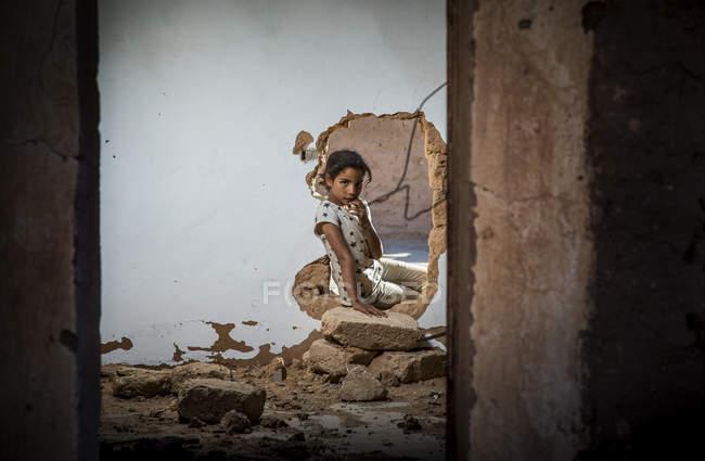 Дівчина дивиться через дірку в стіні — стокове фото