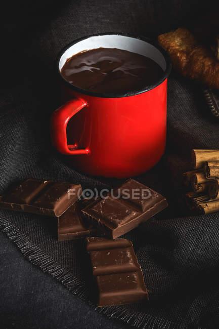 Кубок з гарячого шоколаду і корицею — стокове фото