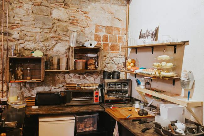 Interiore della cucina del café con vari utensili da cucina sui tavoli — Foto stock