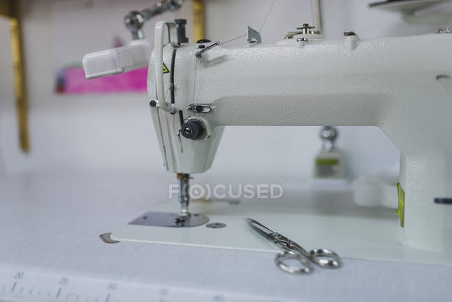 Side view of sewing machine and scissors — Stock Photo