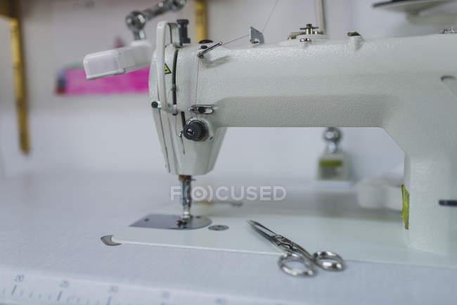 Вид сбоку швейной машины и ножницы — стоковое фото