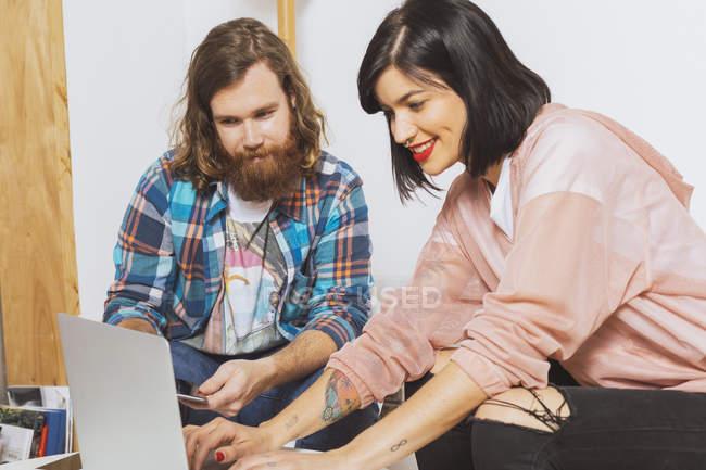 Чоловік і жінка використовують ноутбук. — стокове фото