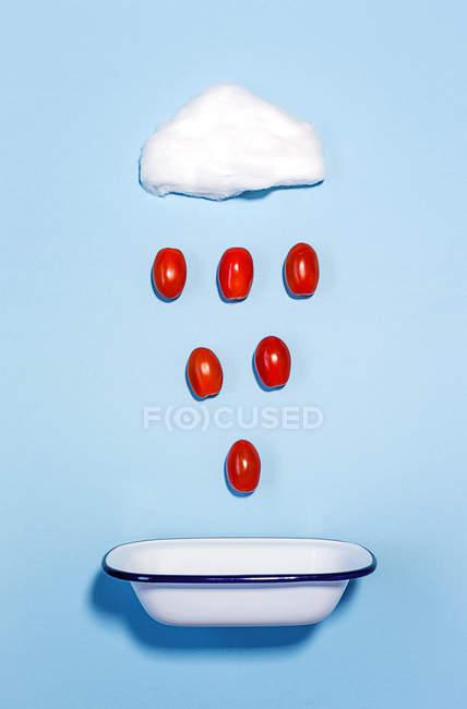 Nube de algodón de azúcar con lluvia de tomates - foto de stock
