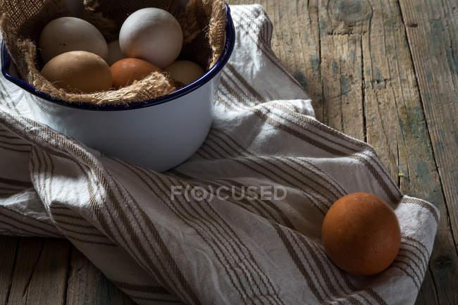 Nature morte des œufs de poulet dans un bol en métal à la table rurale — Photo de stock