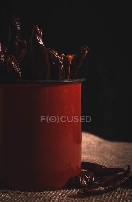 Chiles rojos picantes en taza - foto de stock