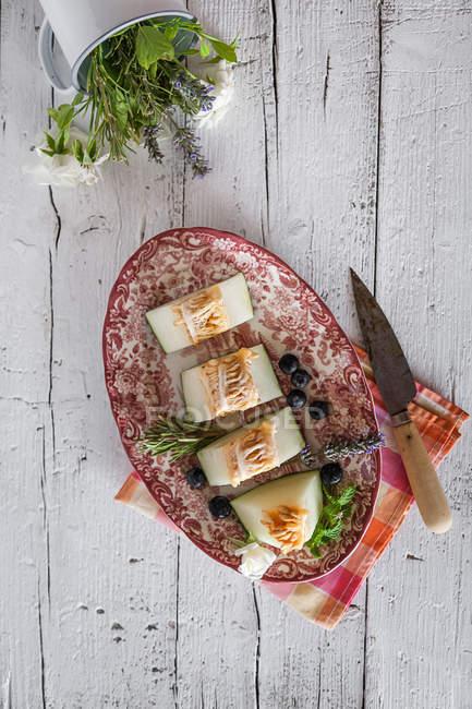 Сверху вид декоративной плиты с вкусной дыни на сельских таблицы — стоковое фото