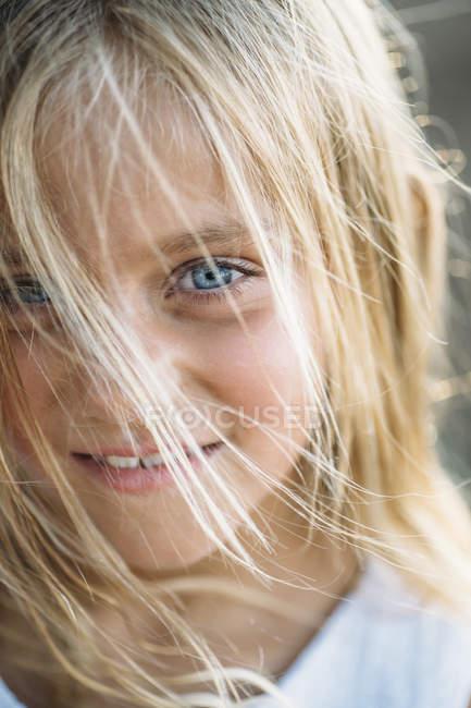 Закрыть портрет блондинки с голубыми глазами — стоковое фото