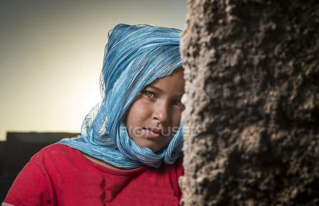 Arabe fille regardant caméra — Photo de stock