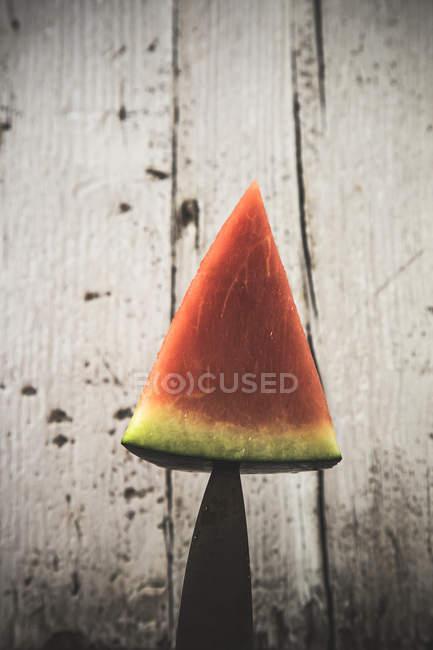 Cunha de melancia fresca empilhada na faca — Fotografia de Stock