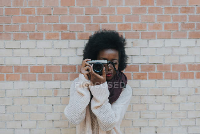 Mädchen, die schießen auf analoge Kamera — Stockfoto