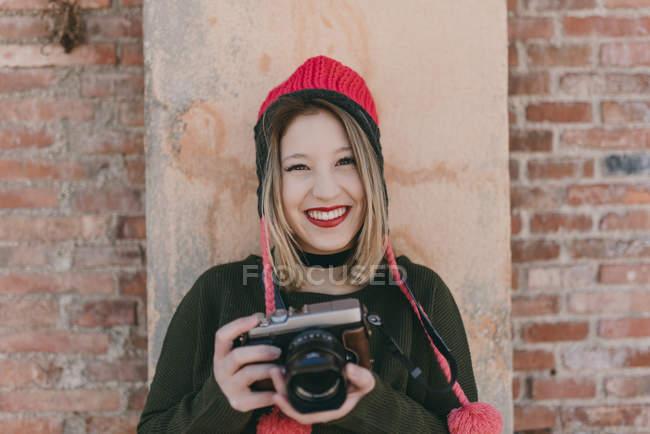 Девушка с аналоговой камерой — стоковое фото