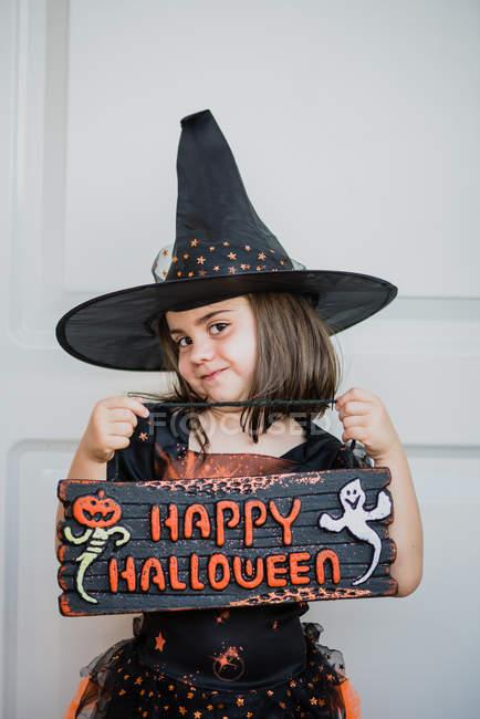 «Panneau» tenue de fille Happy Halloween — Photo de stock