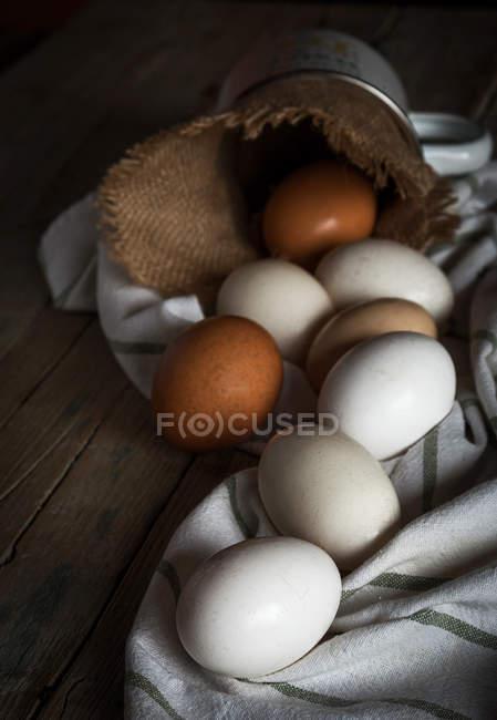 Fermer les œufs de poulet sur la serviette à table — Photo de stock